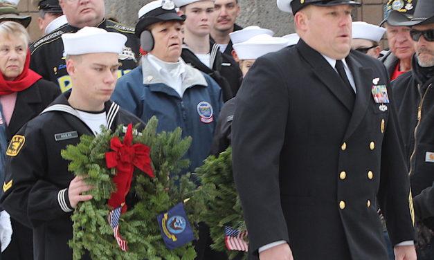Volunteers Place 8,300 Wreaths at Veterans Cemetery